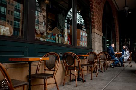 St. Paul Coffee Shop vor der Hochzeit Porträtsitzung in MN mit einem Paar, das Kaffee im Lieblingscafé trinkt
