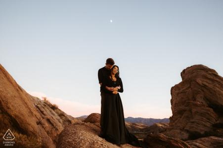 Vasquez Rocks, California, retrato previo al matrimonio entre las rocas, la luna, el paisaje y la pareja