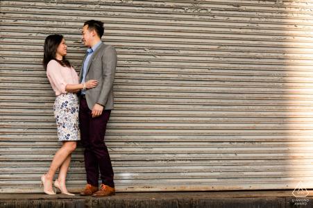 Meat Packing District retrato de pareja, deteniéndose para un beso rápido