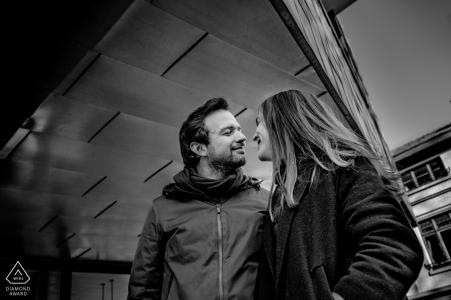 Hasselt retrato de pareja en blanco y negro mirando el uno al otro en el amor