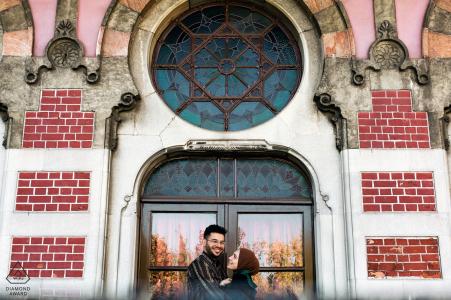 Portrait de couple urbain d'Istanbul dans le bâtiment historique derrière