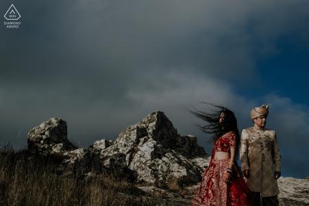 Séance de portrait de couple indien de Sintra, Lisboa alors qu'ils profitent de l'endroit mystique
