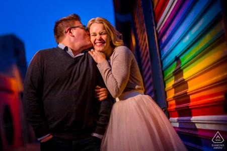 Fotografía urbana de Blagden Alley DC antes del día de la boda cerca de una puerta de metal pintada con arcoíris