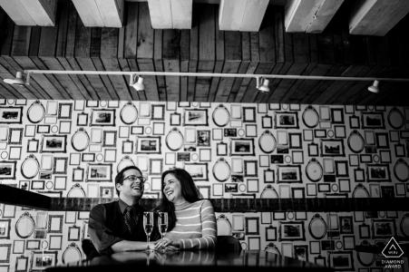 Ambar, DC Indoor-Fotosession mit dem Paar vor dem Hochzeitstag an einem Tisch sitzen und Hände halten