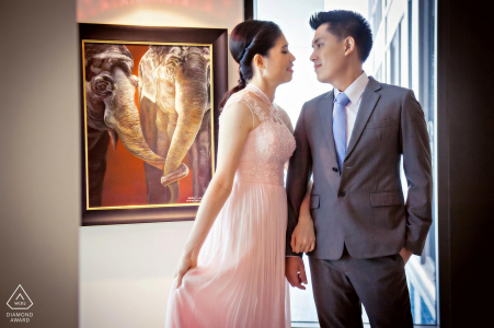 Siam Kempenski Bangkok, Thailand indoor photo session with the couple before the wedding day of the bride's armband is in harmony with the behind-the-scenes figure of the elephant trunk