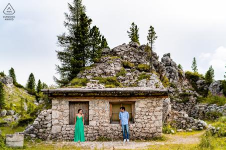 Dolomites, Italie Séance photo de montagne en plein air avant le jour du mariage avec quelques regards d'amour avant le bâtiment en pierre