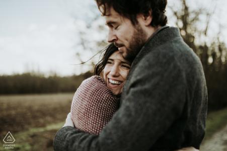 Séance photo engagement couple charentais dans un champ