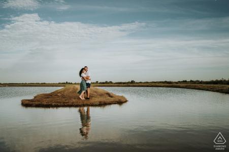 Portrait de couple pré-mariage Charente-Maritime sur une petite île dans un lac