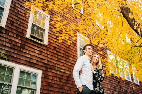 Wilmington, VT couple séance photo d'engagement d'un couple profitant d'une magnifique journée d'automne au Vermont
