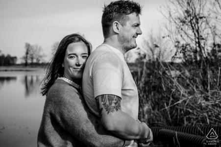 Séance photo de couple fiancé Hasselt de câlins près du lac