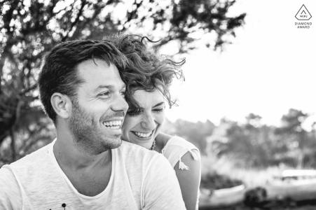 Ravenna Wild Beach pareja pre-casado retrato en el viento juntos en la playa, sin pose, solo