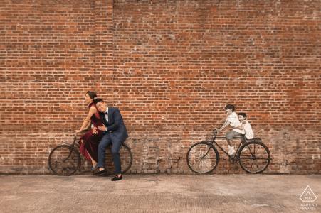 Fietsliefhebbers koppelen verlovingsfoto's aan een bakstenen muur in Guangdong Foshan