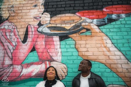 TN Ehepaar vorehelich Porträt in der Innenstadt von Sevierville mit Liebhabern Blick auf das Gemälde auf dem Wandbild in der Innenstadt von Sevierville