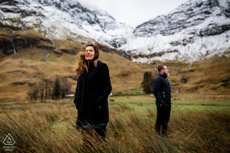 Portrait pré-mariage couple Glencoe au milieu des hautes terres, un jour venteux et pluvieux