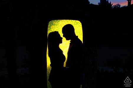 La Iruela couple portrait pré-mariage avec un rétro-éclairage jaune et une silhouette encadrée forte
