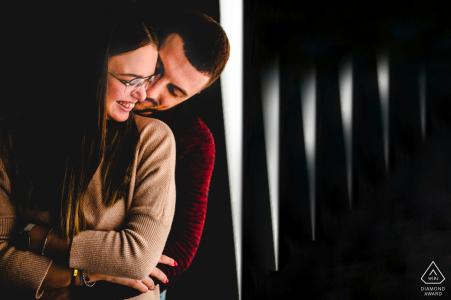 Séance photo de fiançailles d'un couple à Syracuse montrant l'amour entre eux