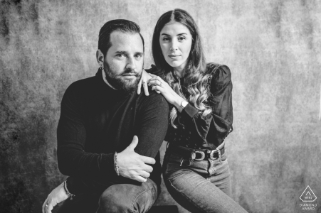 Siracusa sesión de fotos de pareja comprometida en BW en casa con comodidad y minimalismo