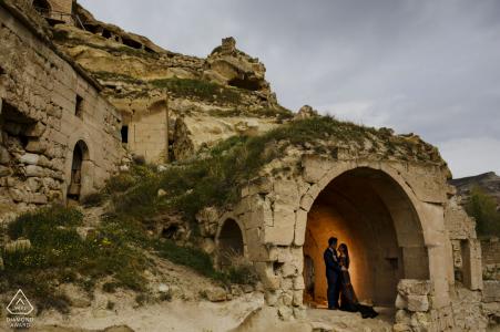 Séance photo de couple engagé en Cappadoce dans les grottes sculptées du désert