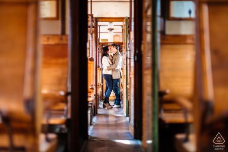 Trieste couple portrait pré-mariage avec Kiss dans un train historique avec beaucoup de bois
