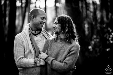 Séance de photo d'engagement de couple Bassin D Arcachon montrant deux hommes amoureux l'un de l'autre ont un beau contact visuel