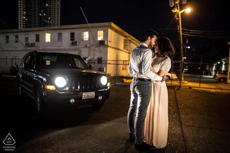 Portrait d'avant-mariage de Las Vegas avec un couple dans le vieux Vegas la nuit avec des lumières de rue et de voiture