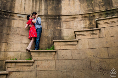 Imagen previa al matrimonio de San Francisco con una pareja aferrada al amor en los escalones empinados