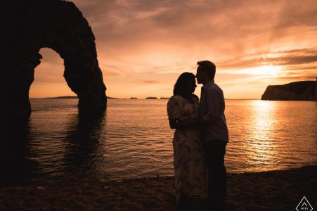 Durdle Door Paar heiratete vor einer Hochzeit in England ... am Meer bei Sonnenuntergang