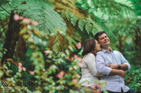 Sintra engagement pic session with a Couple in the middle of the tropical plants of the Monserrate Palace