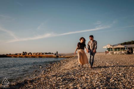 Séance photo de couple fiancé à Portonovo avec une promenade insouciante au bord de l'eau