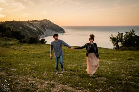 Retrato de pareja de Monte Conero antes del matrimonio en un paseo cerca de la montaña Conero