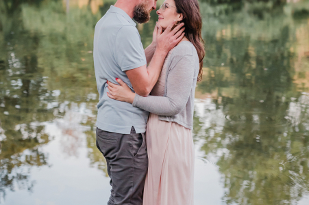 Witten Ruhrgebiet couple engagement pic lovebirds session at the water with submerged feet and a reflection