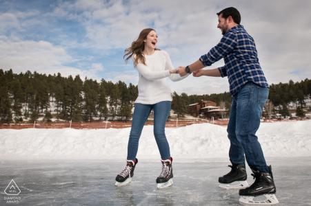 Evergreen, Colorado couple engagé photo de patinage sur glace sur la plus grande patinoire extérieure entretenue par Zamboni en Amérique du Nord