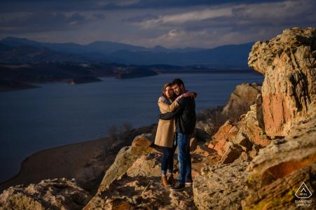 Fort Collins engagierte eine Paar-Bildersession mit dramatischer Beleuchtung während eines Sonnenuntergangs-Shootings mit Blick auf einen Stausee