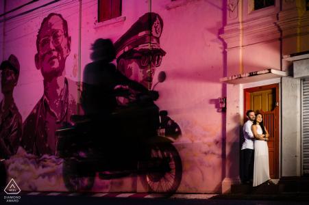 Phuket Photoshoot de mariage avant dans un style Fine Art contre un mur éclairé rose avec de l'art peint