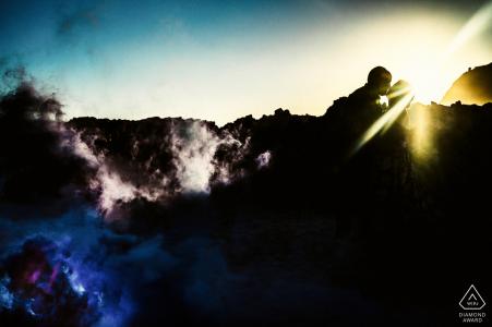 Séance photo avant mariage à Knysna dans un style Fine Art avec le photographe Utilisation d'une bombe fumigène pour cette image de fiançailles atmosphérique