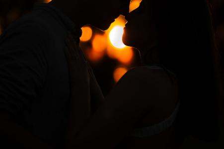 Perth Fine Art Pre Wedding Portrait con tonos cálidos y una silueta oscura