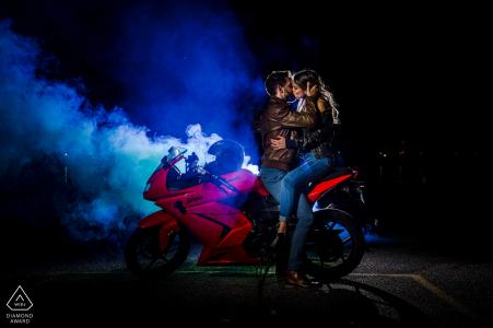 Kingston Fine Art Pre Wedding Portrait für ein Paar aus Ontario, das sich auf einem roten Motorrad küsst