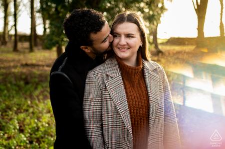 Sywell Country Park Fine Art Engagement Session per una coppia del Northamptonshire che si gode la vita all'aria aperta