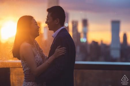 Kunstvolles Verlobungsbild von Manhattan, NY direkt nach einem Überraschungsvorschlag