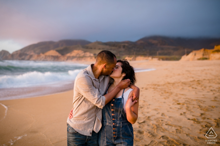 Moss Beach, Californie Photoshoot avant le mariage dans un style Fine Art avec un peu de danse sur la plage