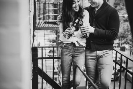 Séance photo avant le mariage à New York avec style beaux-arts sur une issue de secours d'un appartement tout en passant du temps intime