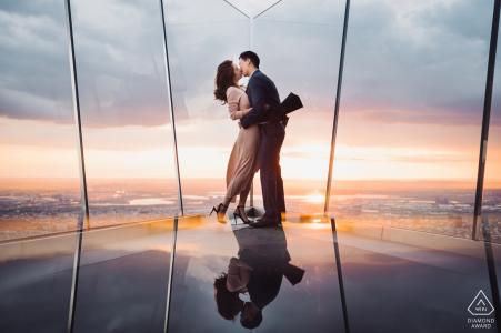 The Edge, NYC Artful Engagement Photography montrant un couple réfléchi et leur baiser