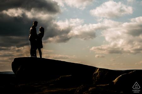 Photoshoot avant le mariage de Peak District ressemblant à une scène de roi lion avec les futurs mariés