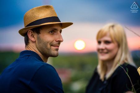 Séance photo avant mariage à Brno pour un portrait en soirée avec le soleil couchant