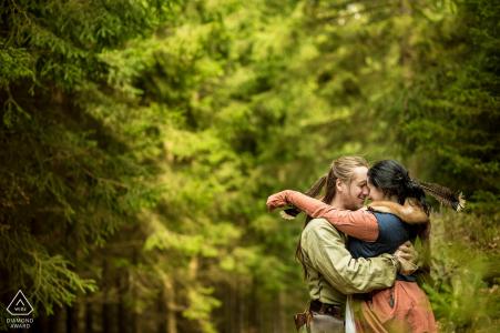 Peníkov Fine Art Engagement photo d'un couple de GN se serrant dans ses bras pendant une session costumée