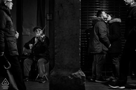 Alcalá de Henares, Madrid Fine Art Engagement Session con el violinista y gente de la calle con la pareja