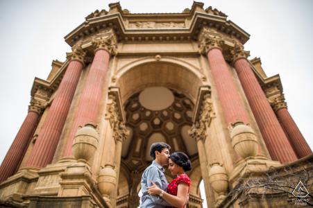 Séance de fiançailles aux beaux-arts de San Francisco montrant une minute de calme sous le dôme du palais des beaux-arts
