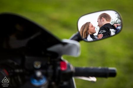 Central New York Pre Wedding Fotoshooting mit Fine Art Style und der Reflexion im Spiegel des Motorrads