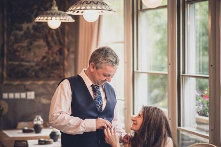 Restaurante Shtastlivetsa, El hombre feliz, Sofía Foto de compromiso artístico con El futuro novio sostiene la mano de su prometida