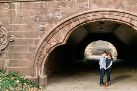 Central Park, ciudad de Nueva York, retrato en el lugar de una pareja enmarcada bajo la abertura de un paso elevado